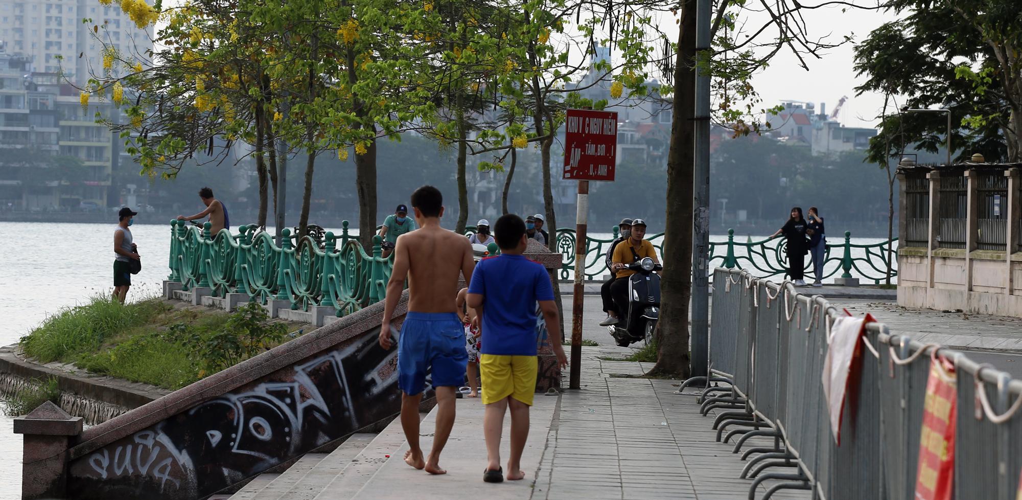 Người dân vượt rào vào 'bể bơi' lớn nhất Hà Nội  - Ảnh 4.