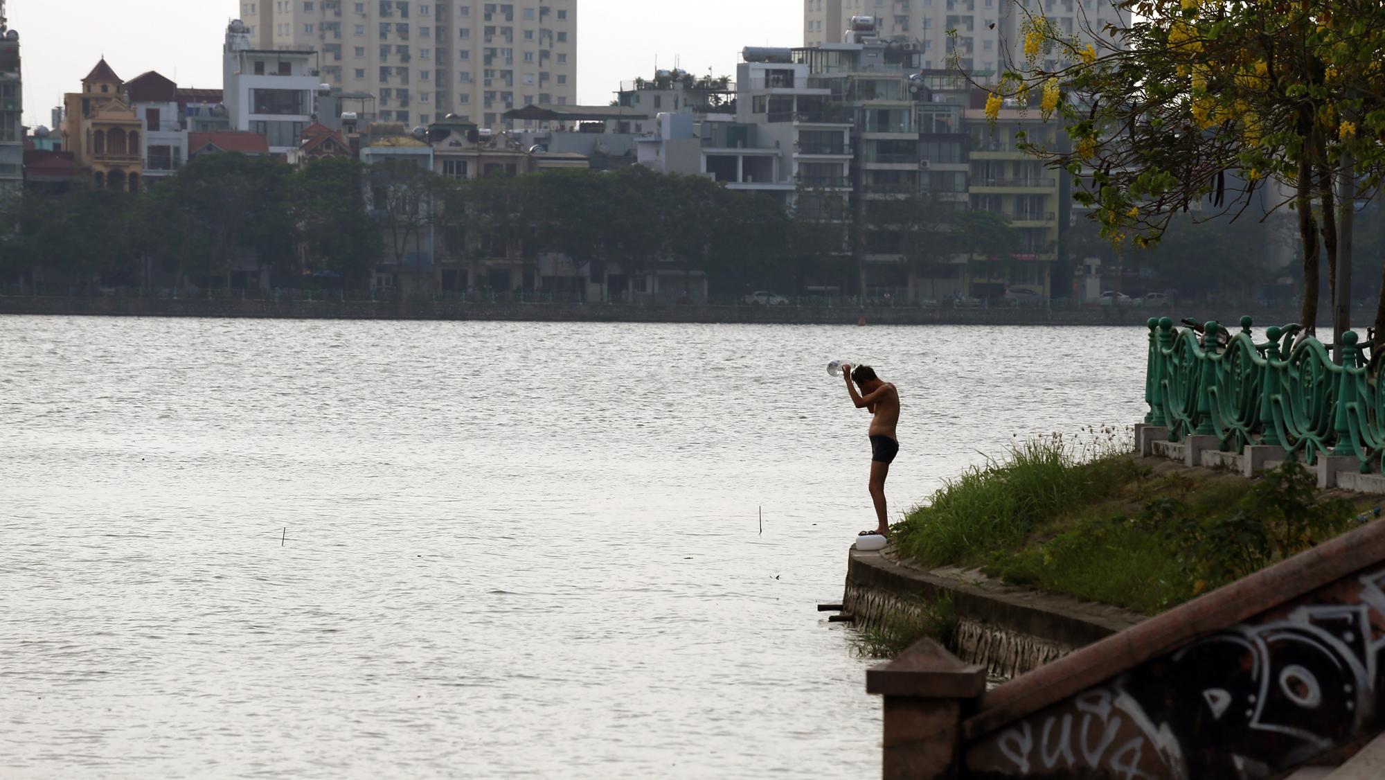 Người dân vượt rào vào 'bể bơi' lớn nhất Hà Nội  - Ảnh 5.