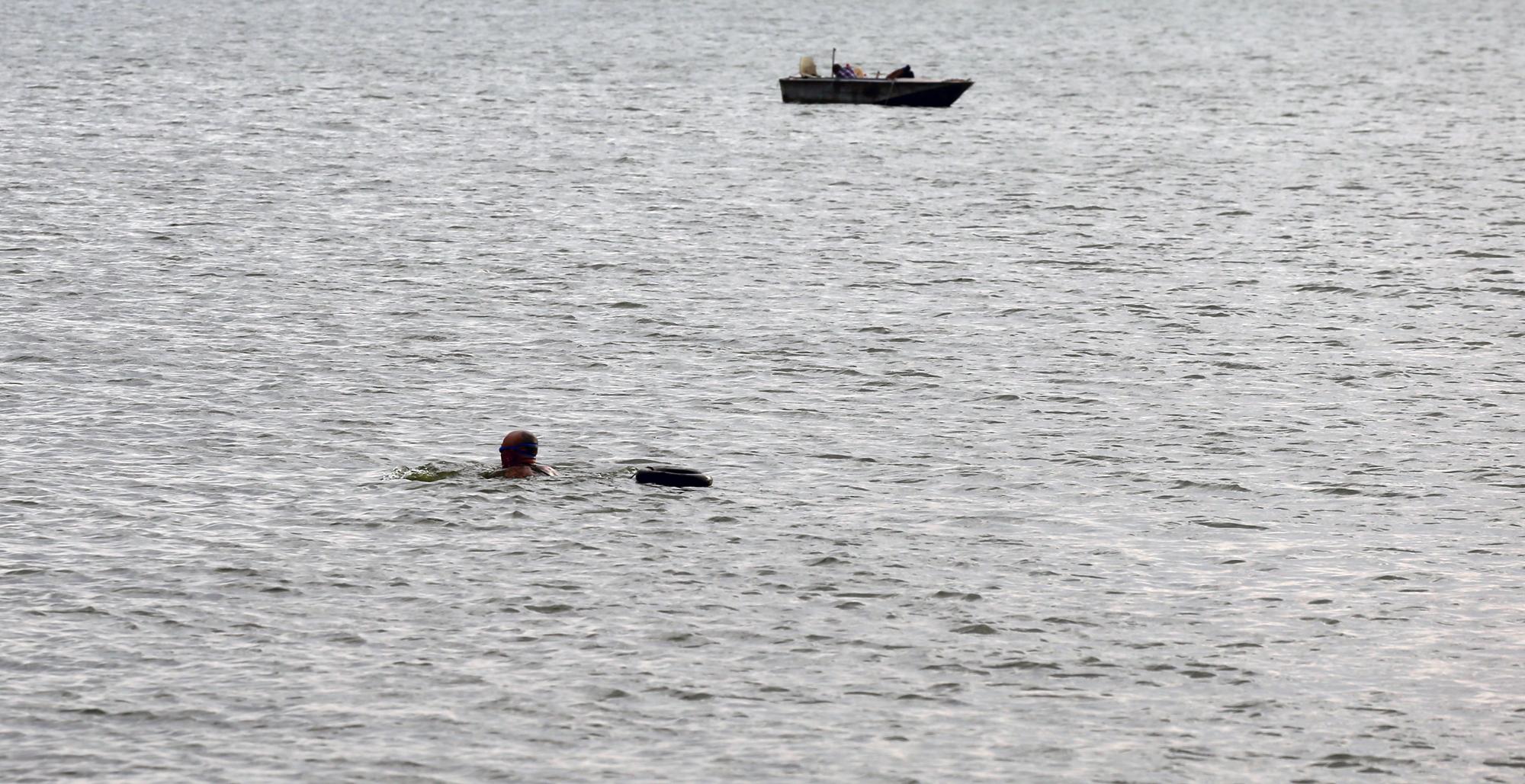 Người dân vượt rào vào 'bể bơi' lớn nhất Hà Nội  - Ảnh 7.