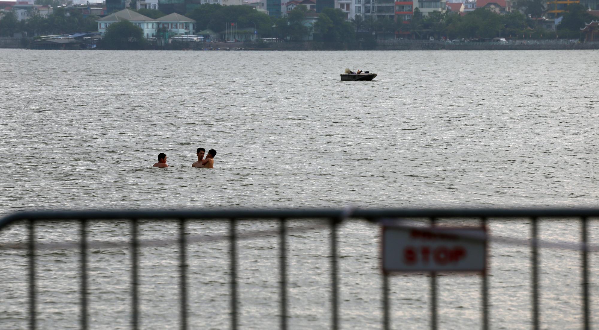 Người dân vượt rào vào 'bể bơi' lớn nhất Hà Nội  - Ảnh 8.