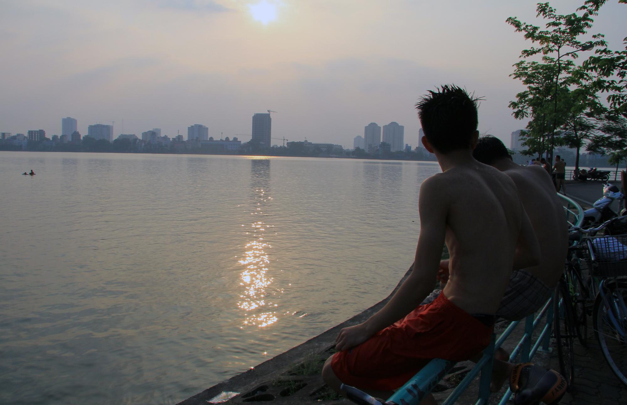 Người dân vượt rào vào 'bể bơi' lớn nhất Hà Nội  - Ảnh 9.