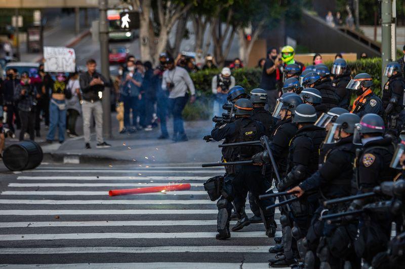 Bạo loạn ở Mỹ: Amazon cắt giảm hoạt động, Apple đóng hàng loạt cửa hàng, Target đóng 175 cơ sở - Ảnh 1.