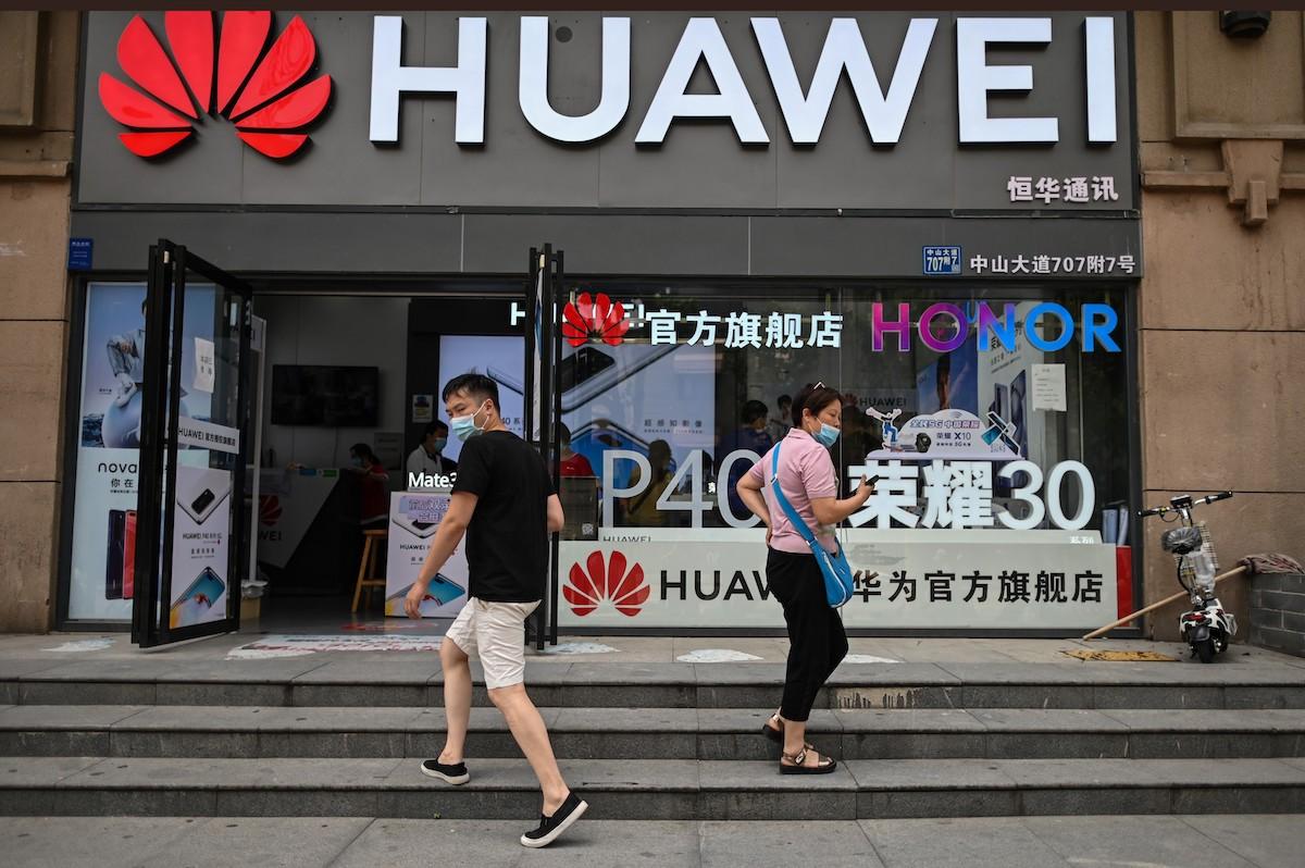 Huawei xây dựng kho chip dự trữ đủ dùng trong 2 năm trước những lệnh cấm mới từ Mỹ - Ảnh 3.