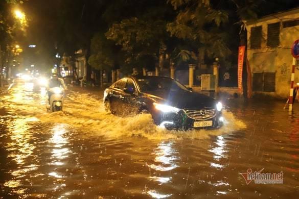 Hà Nội mưa như trút, nước ngập nhiều tuyến phố  - Ảnh 6.