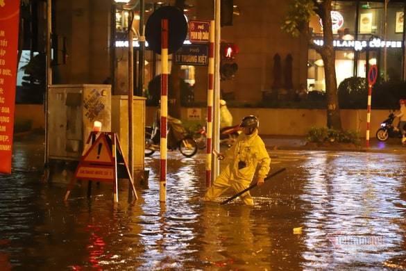 Hà Nội mưa như trút, nước ngập nhiều tuyến phố  - Ảnh 7.