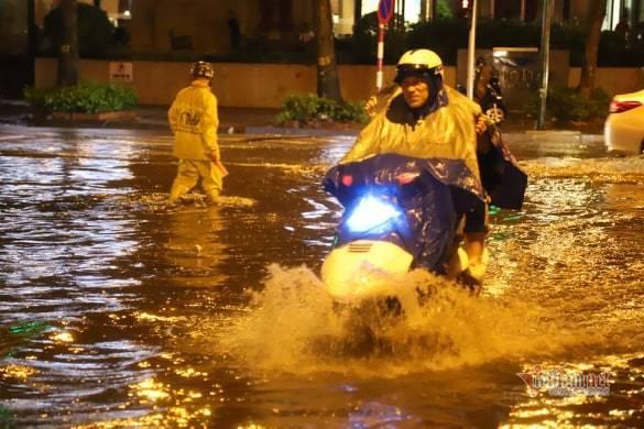 Hà Nội mưa như trút, nước ngập nhiều tuyến phố  - Ảnh 9.