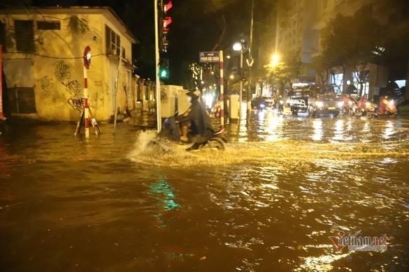 Hà Nội mưa như trút, nước ngập nhiều tuyến phố  - Ảnh 8.