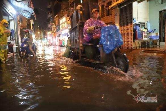 Hà Nội mưa như trút, nước ngập nhiều tuyến phố  - Ảnh 5.