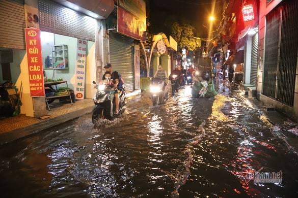 Hà Nội mưa như trút, nước ngập nhiều tuyến phố  - Ảnh 4.
