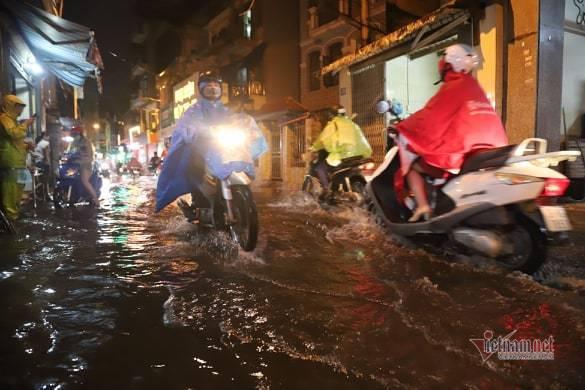 Hà Nội mưa như trút, nước ngập nhiều tuyến phố  - Ảnh 3.