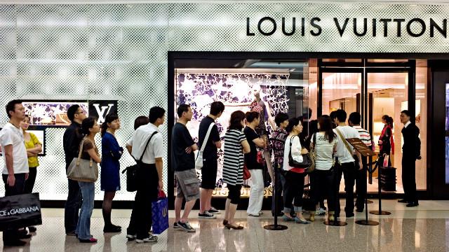 Louis Vuitton, Hermes, Tiffany đua nhau bán hàng trên chợ mạng Trung Quốc - Ảnh 4.