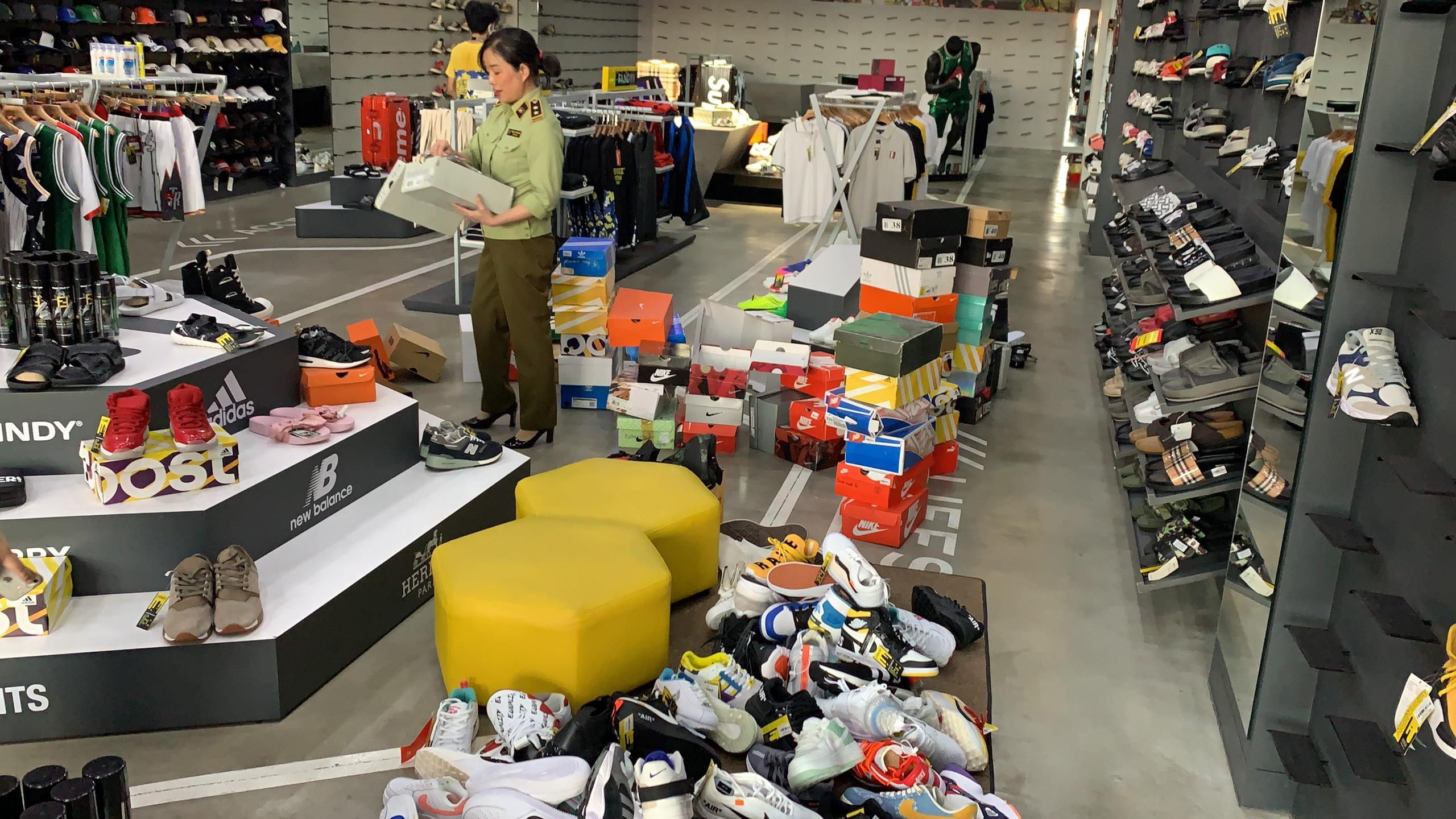 Đà Nẵng: Phát hiện hơn 1.900 sản phẩm nghi giả mạo nhãn hiệu thời trang Nike, Adidas, Louis Vuitton, Chanel, Hermes, Dior - Ảnh 1.