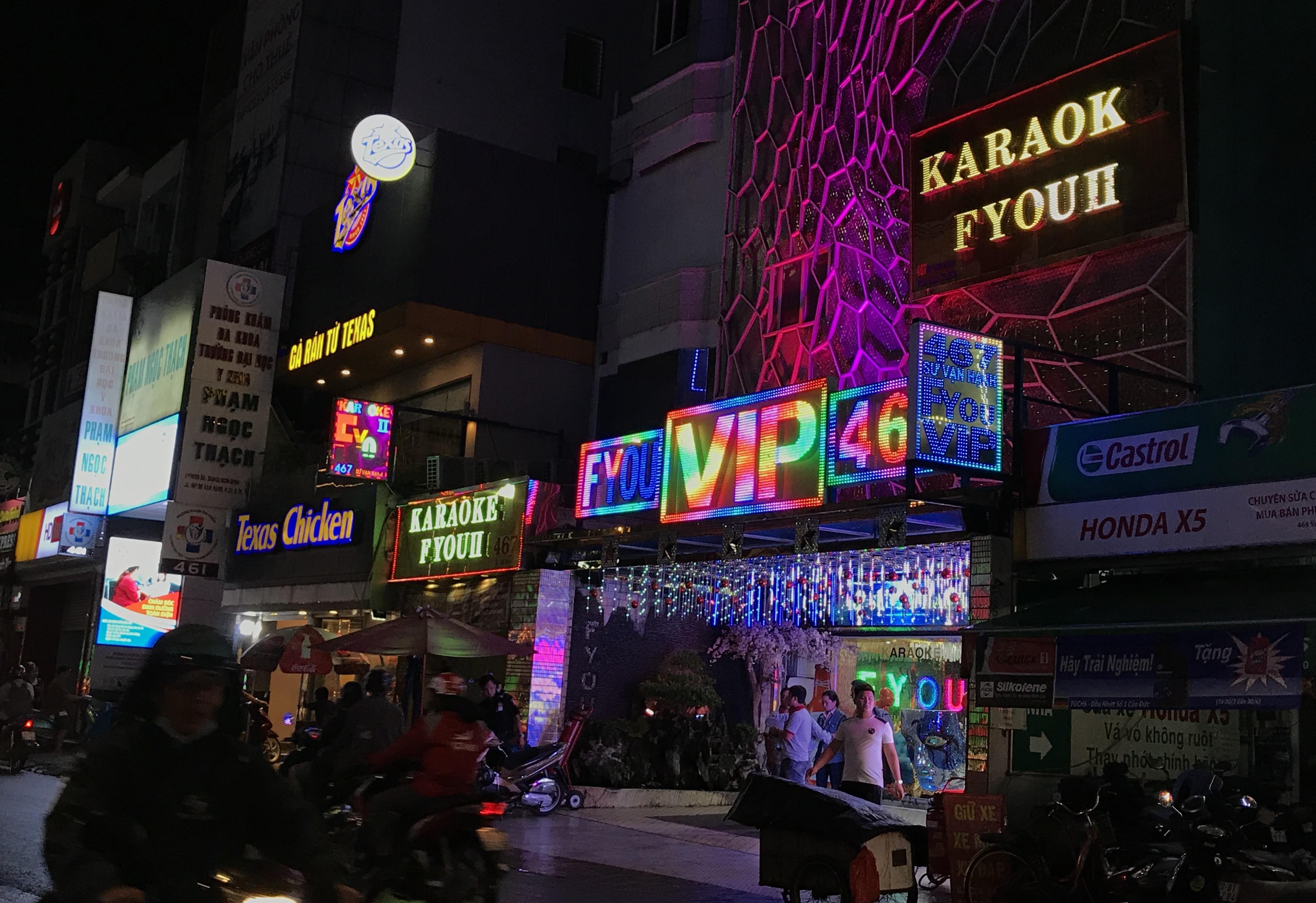 Karaoke Sài Gòn chính thức xập xình trở lại, người người hào hứng đặt bàn 'đi ca' - Ảnh 2.