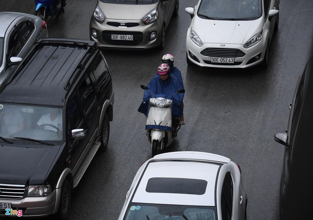 Đường phố Hà Nội rối loạn trong cơn mưa đầu tuần - Ảnh 2.