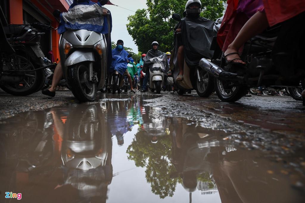 Đường phố Hà Nội rối loạn trong cơn mưa đầu tuần - Ảnh 4.