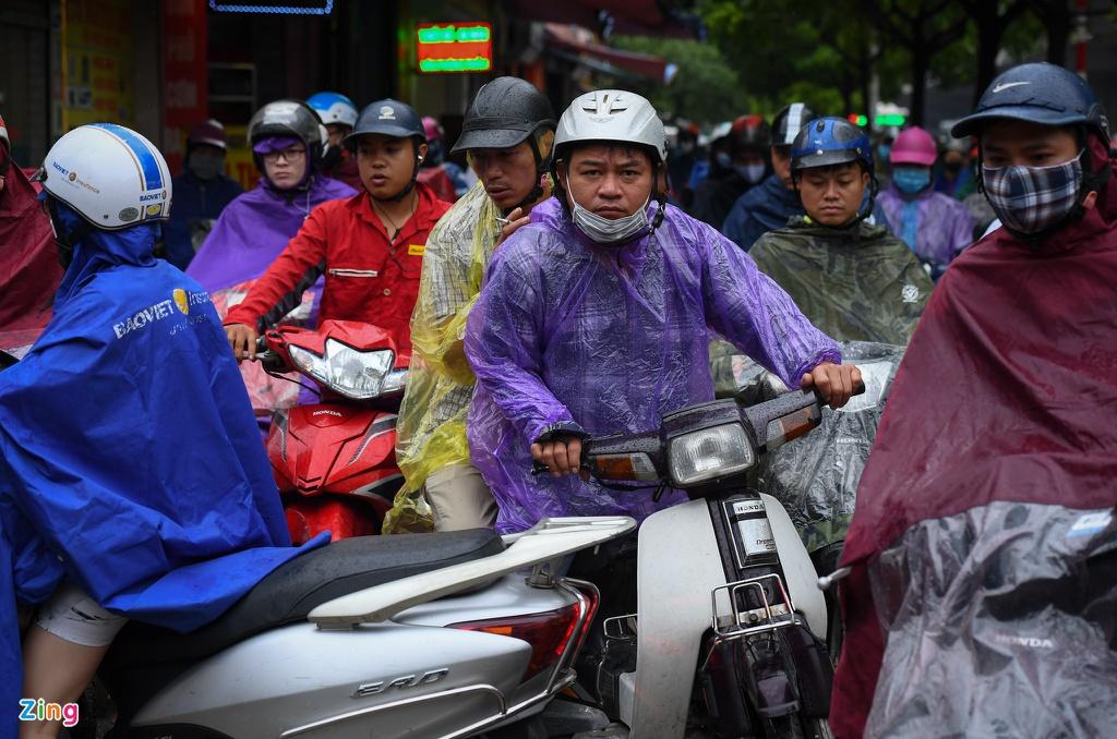 Đường phố Hà Nội rối loạn trong cơn mưa đầu tuần - Ảnh 5.