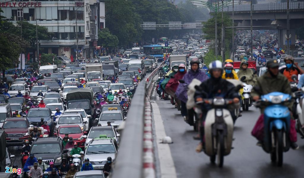 Đường phố Hà Nội rối loạn trong cơn mưa đầu tuần - Ảnh 6.