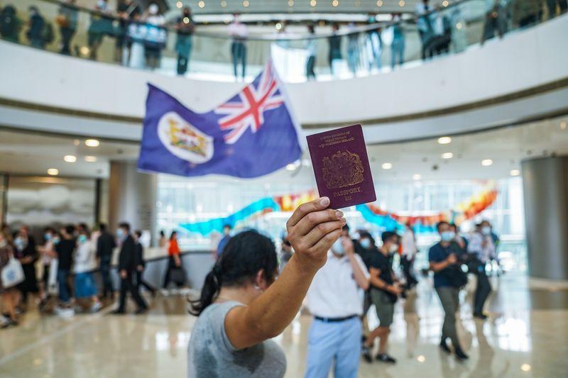 Người giàu Hong Kong lên kế hoạch 'tháo chạy' cho tình huống xấu nhất - Ảnh 2.