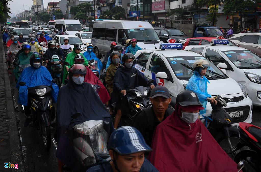 Đường phố Hà Nội rối loạn trong cơn mưa đầu tuần - Ảnh 8.