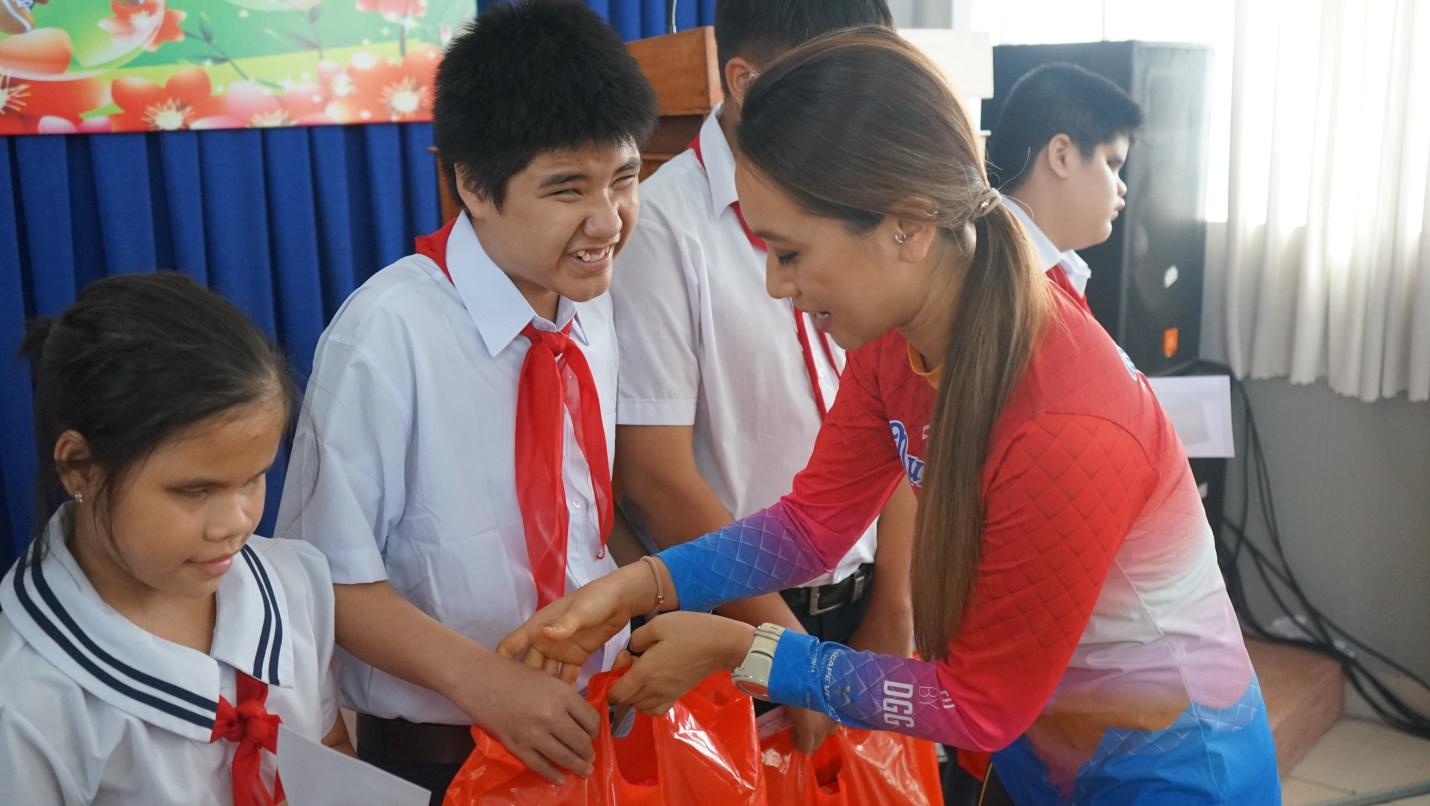 Tân Hiệp Phát trao hàng trăm phần quà cho trẻ em có hoàn cảnh khó khăn - Ảnh 2.