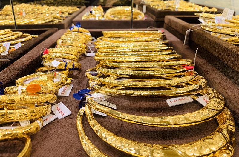 Giá vàng hôm nay 23/6: Vàng SJC sát mốc 49 triệu đồng/lượng, vàng thế giới tiếp đà tăng - Ảnh 2.