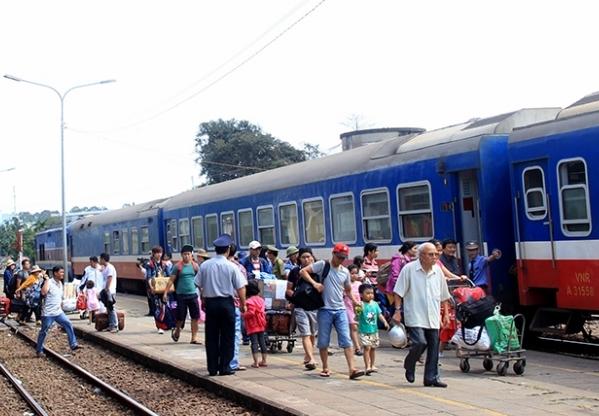 Đường sắt chạy thêm nhiều tàu du lịch từ tháng 7 - Ảnh 1.