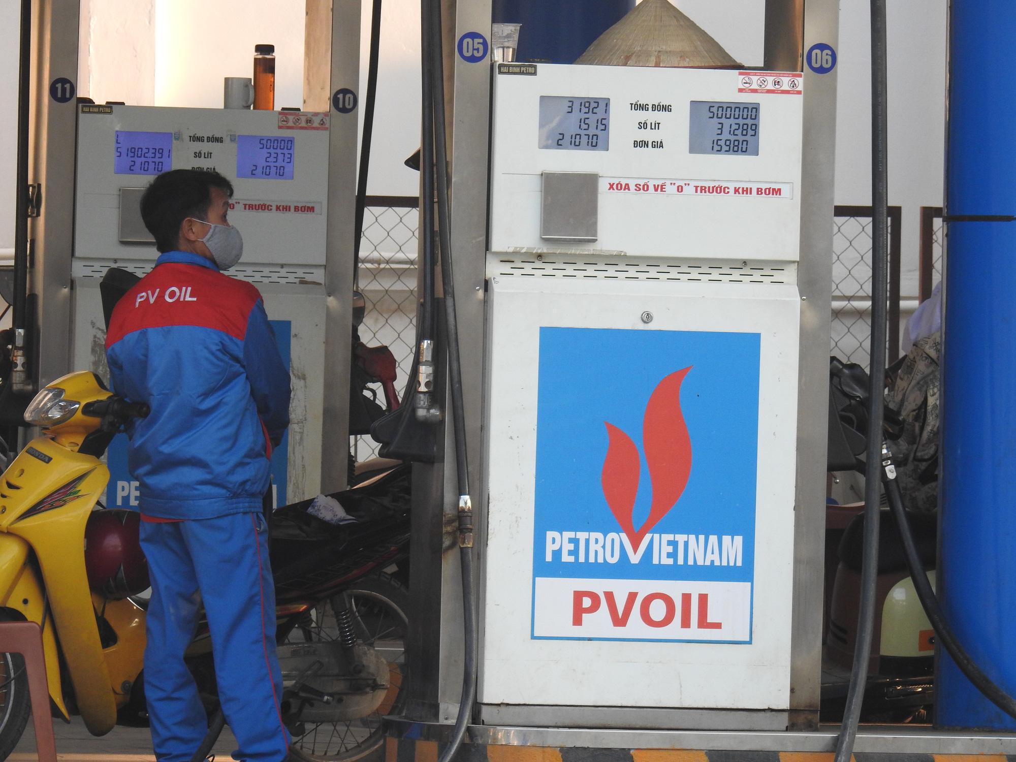 Giá xăng tăng gần 900 đồng/lít từ 15h chiều nay - Ảnh 1.