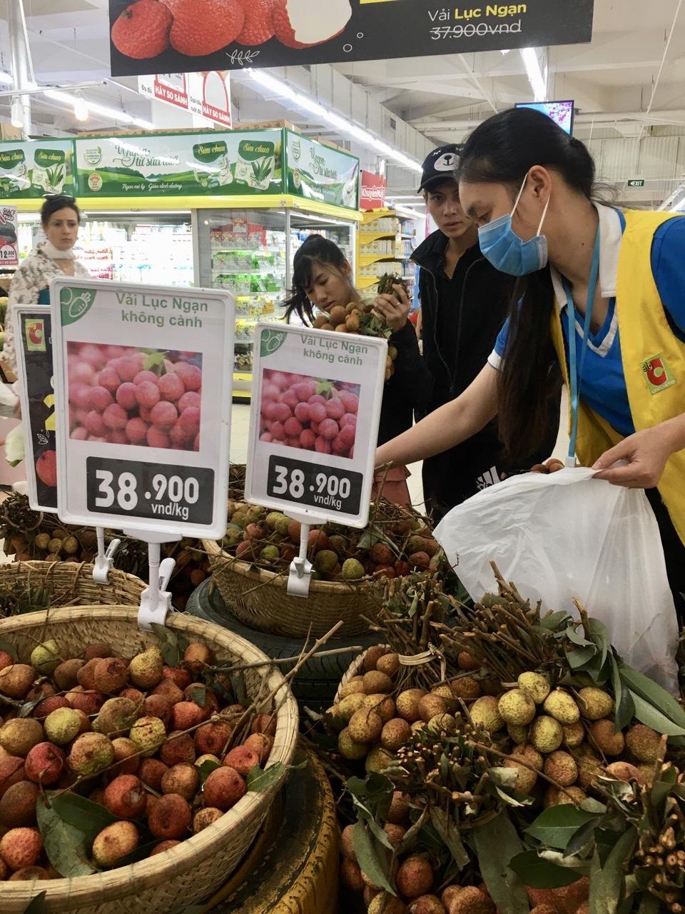 Gần 130.000 tấn vải thiều Bắc Giang được tiêu thụ tại nội địa và xuất khẩu - Ảnh 1.