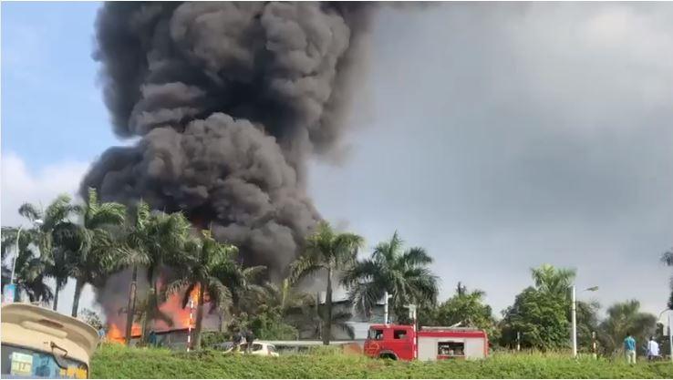Hà Nội: Cháy nổ lớn tại kho hóa chất làm sơn ở Long Biên - Ảnh 2.