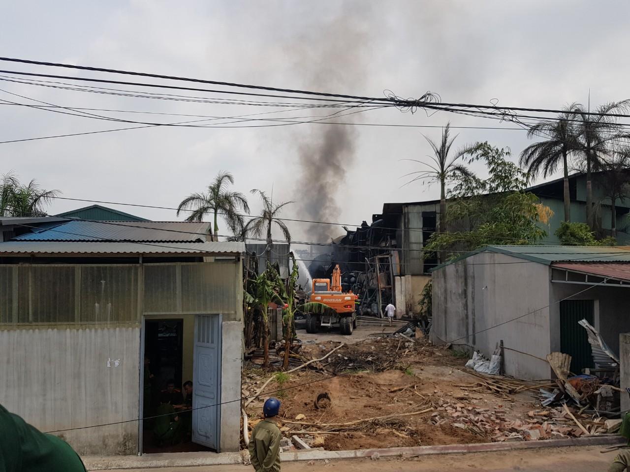 Hà Nội: Cháy nổ lớn tại kho hóa chất làm sơn ở Long Biên - Ảnh 4.