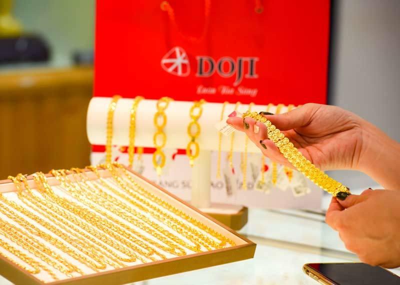 Giá vàng hôm nay 30/6: Vàng SJC tiếp đà tăng, vượt mốc 49 triệu đồng/lượng - Ảnh 2.