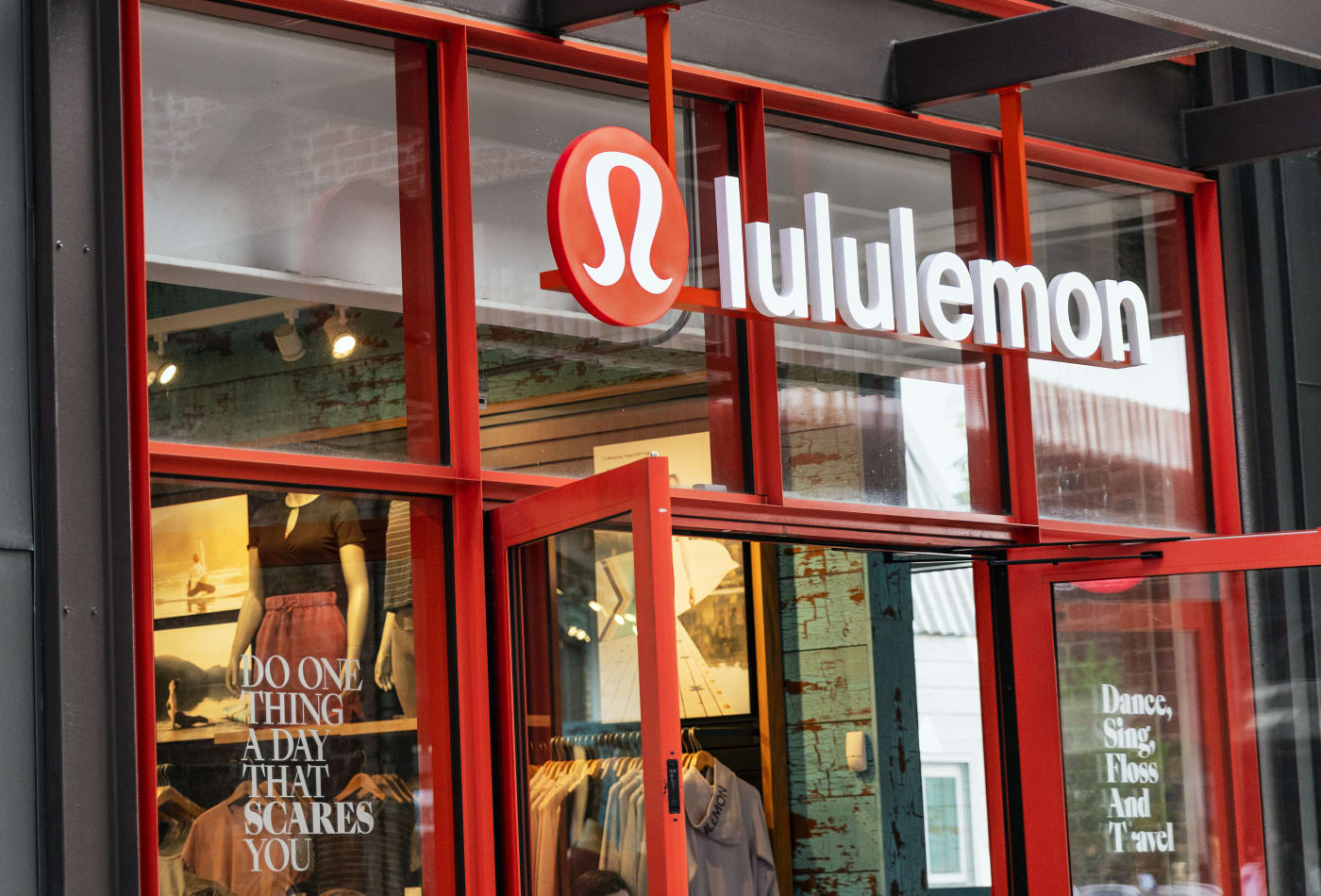 Hành trình từ một cửa hàng ở Canada tới hơn 460 cửa hàng trên toàn cầu của thương hiệu Lululemon - Ảnh 1.