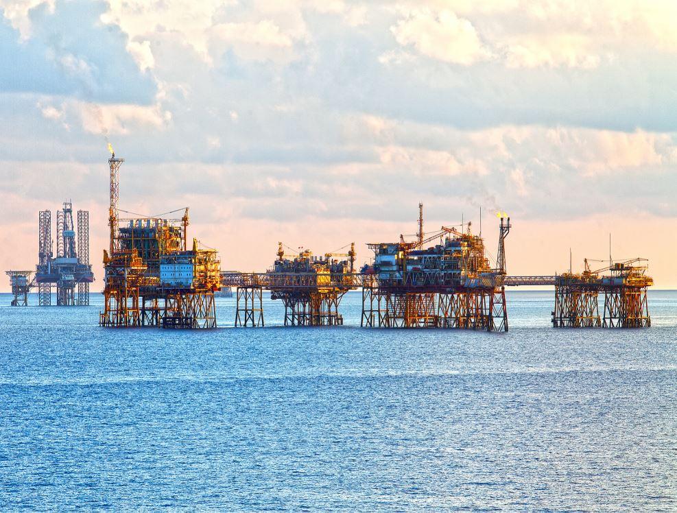 Bất chấp Covid-19 và giá dầu thấp kỉ lục, ông lớn dầu khí thế giới lỗ hàng tỉ USD, PVN vẫn lãi 7.100 tỉ đồng - Ảnh 1.