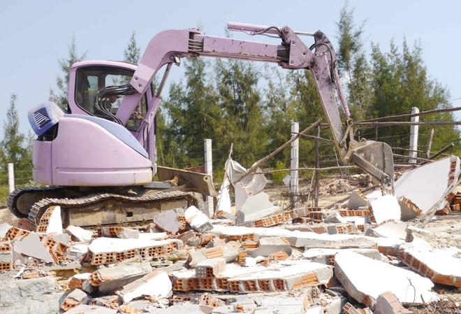 Bình Định: Cưỡng chế các trường hợp xây dựng trái phép ở khu kinh tế Nhơn Hội - Ảnh 1.