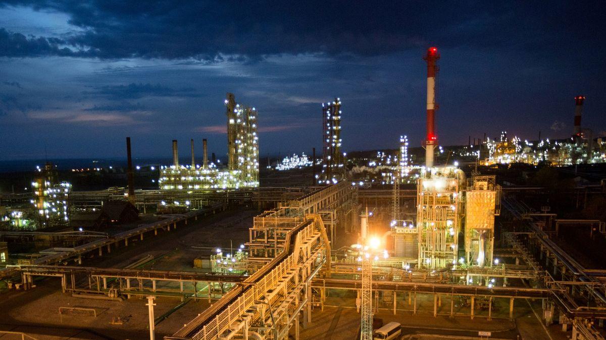Giá dầu tăng sau khi OPEC+  Nga đạt được thỏa thuận cắt giảm sản lượng - Ảnh 1.