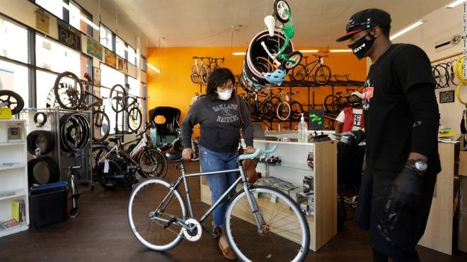 Hết thời tranh giành giấy vệ sinh, người Mỹ đua nhau mua xe đạp - Ảnh 1.