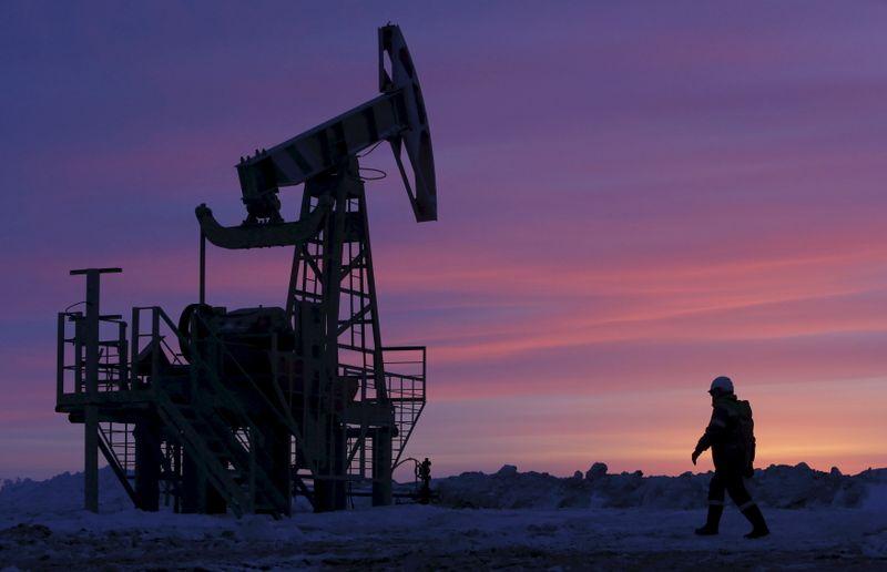 Giá xăng dầu hôm nay 9/6: Dầu giảm gần 3% mặc dù OPEC+ đã đồng ý gia hạn cắt giảm sản lượng - Ảnh 1.