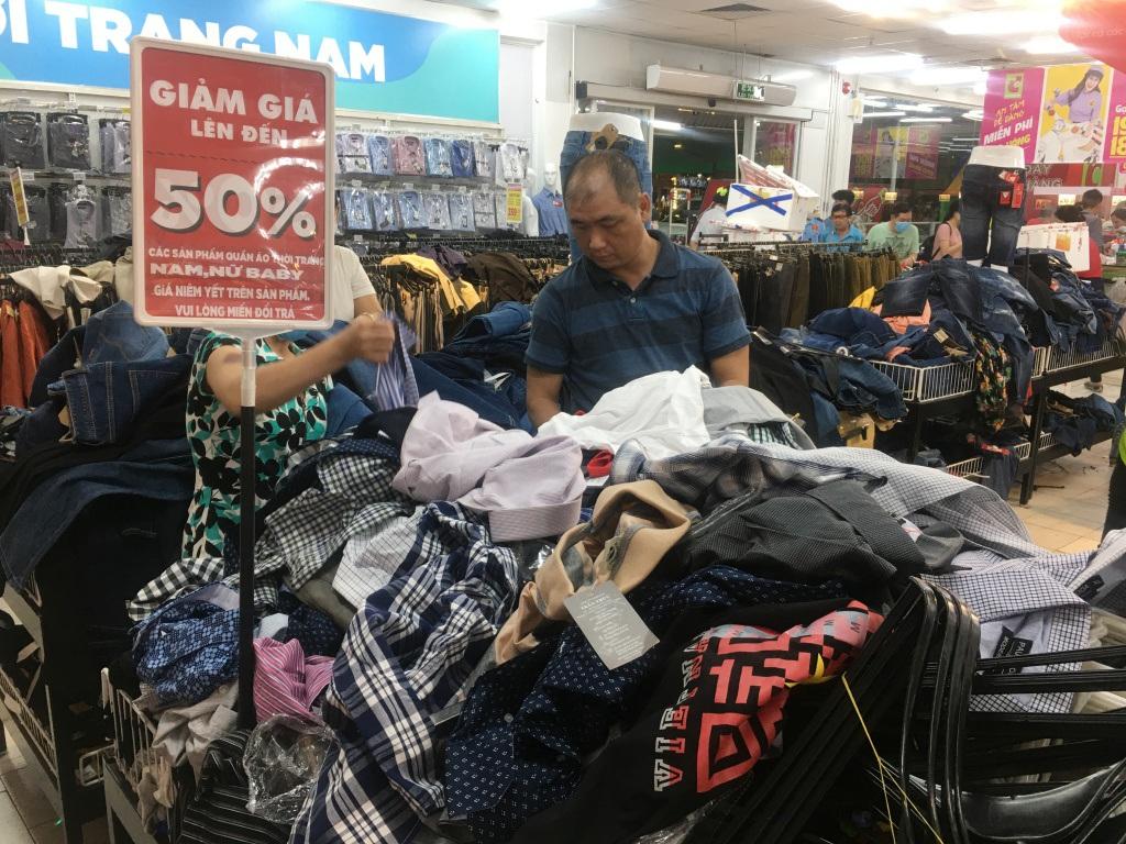Người dân 'săn' quần áo siêu rẻ tại BigC Miền Đông trước ngày đóng cửa - Ảnh 7.