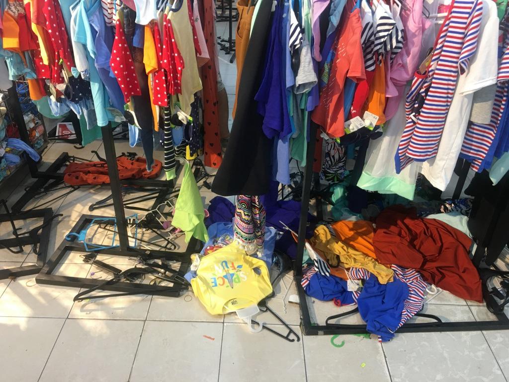 Người dân 'săn' quần áo siêu rẻ tại BigC Miền Đông trước ngày đóng cửa - Ảnh 9.