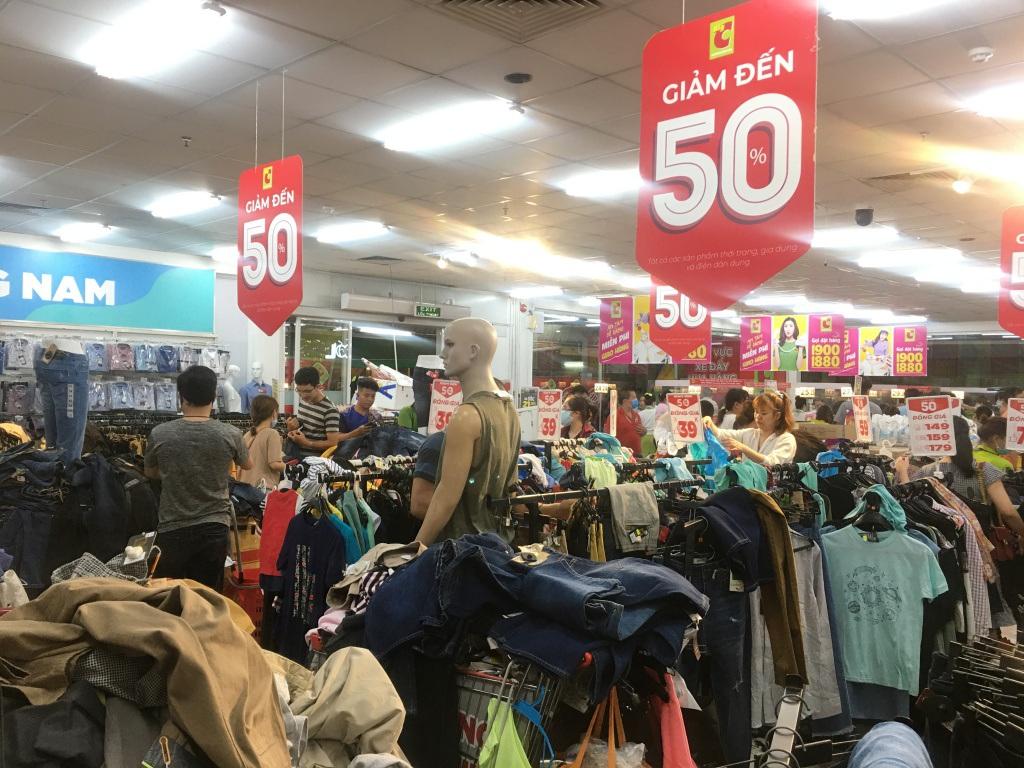 Người dân 'săn' quần áo siêu rẻ tại BigC Miền Đông trước ngày đóng cửa - Ảnh 2.