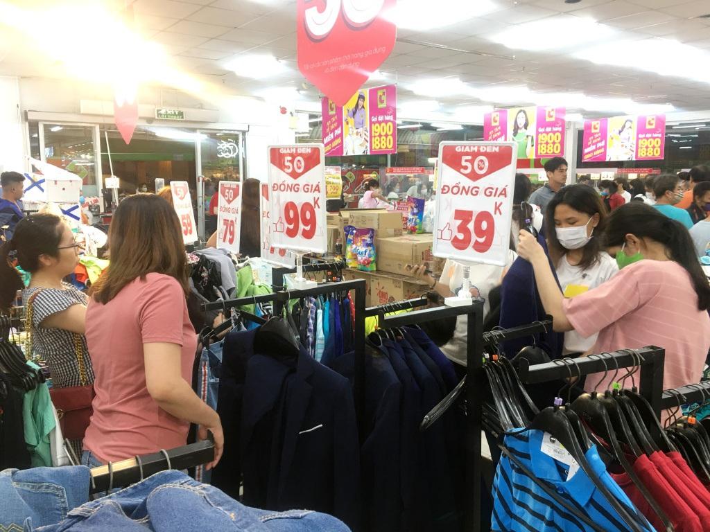 Người dân 'săn' quần áo siêu rẻ tại BigC Miền Đông trước ngày đóng cửa - Ảnh 4.