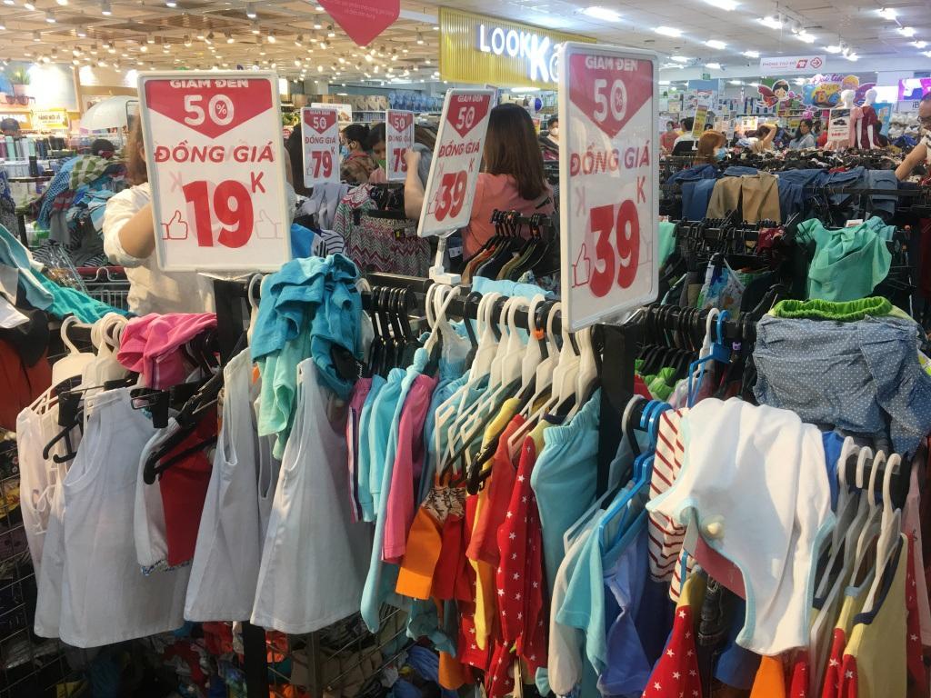 Người dân 'săn' quần áo siêu rẻ tại BigC Miền Đông trước ngày đóng cửa - Ảnh 6.