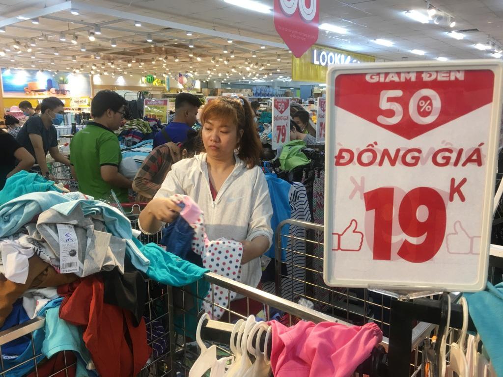 Người dân 'săn' quần áo siêu rẻ tại BigC Miền Đông trước ngày đóng cửa - Ảnh 5.