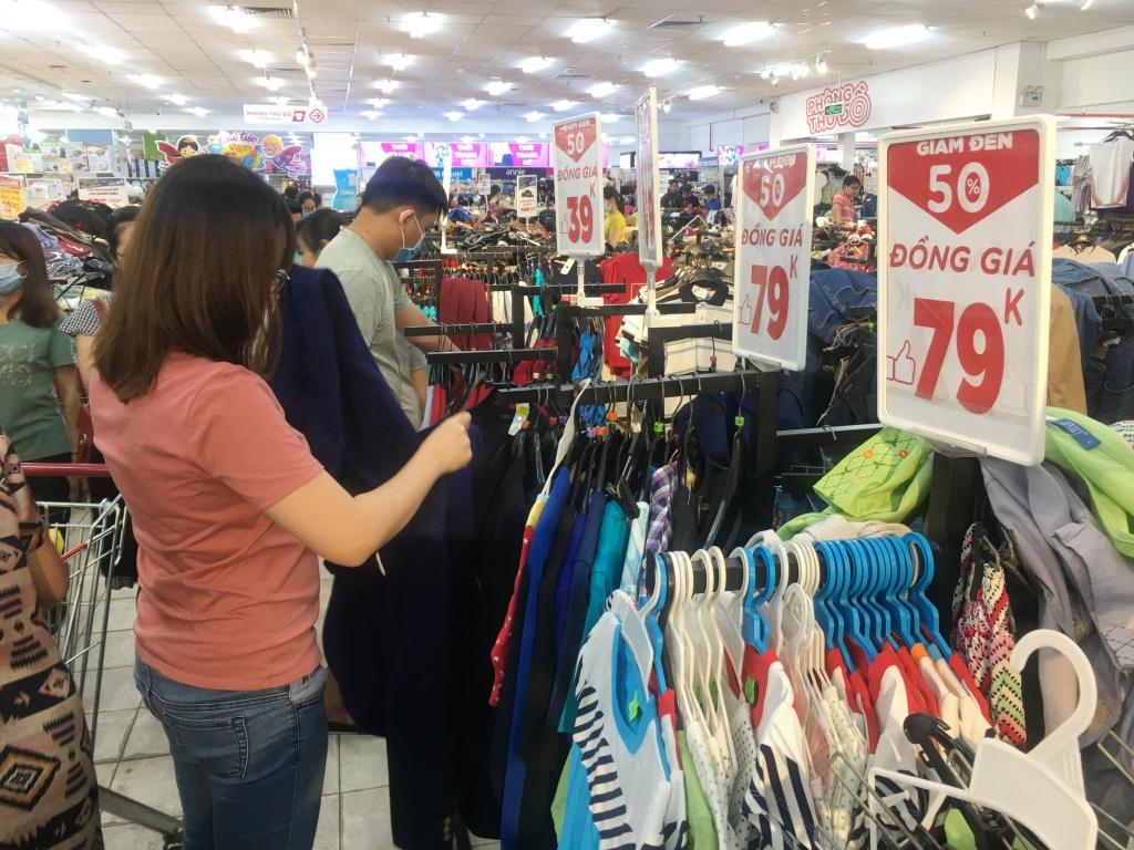 Người dân 'săn' quần áo siêu rẻ tại BigC Miền Đông trước ngày đóng cửa - Ảnh 1.