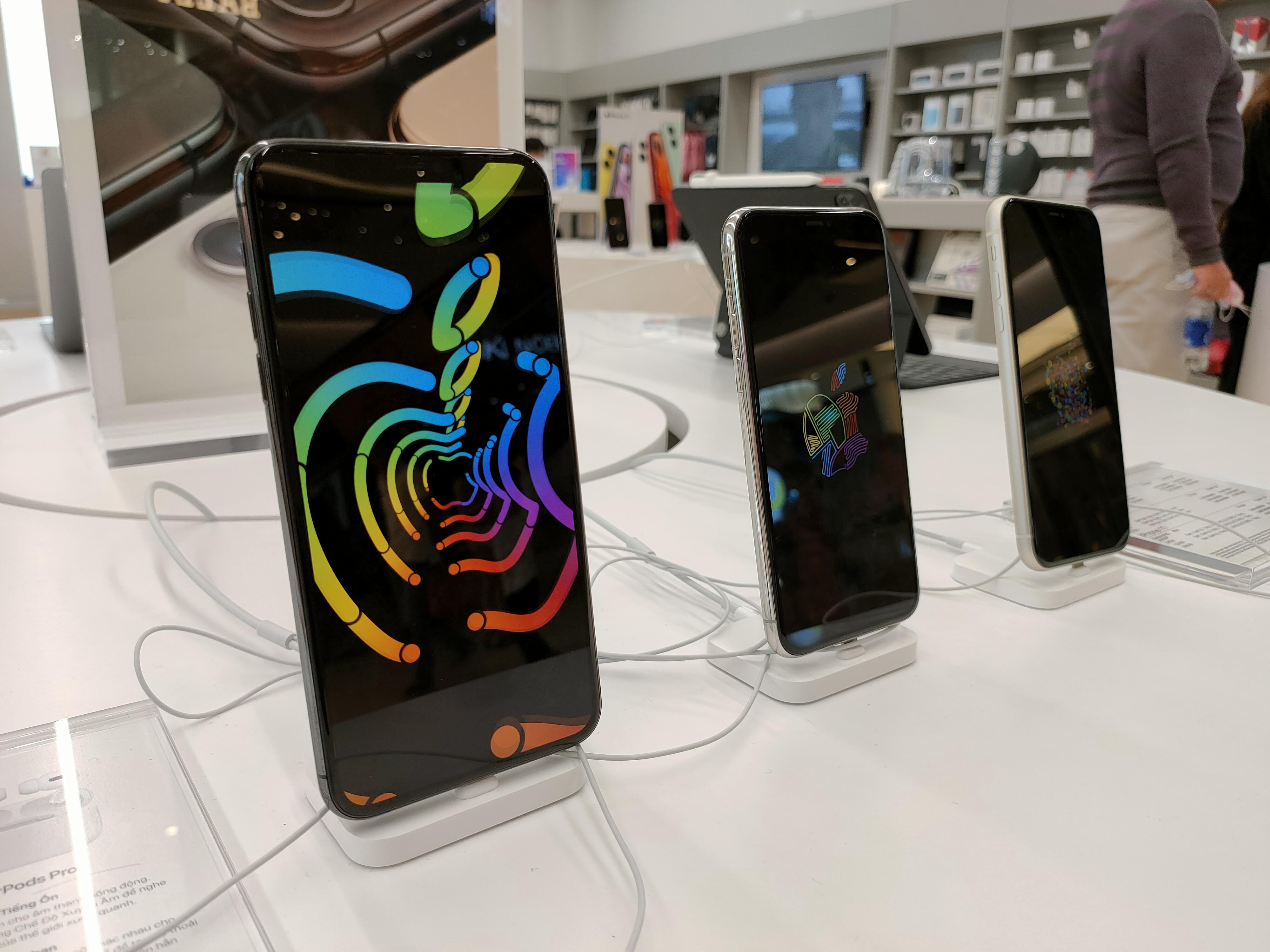 Điện thoại giảm giá tiếp tục nóng với ưu đãi từ cả iPhone lẫn Samsung - Ảnh 1.
