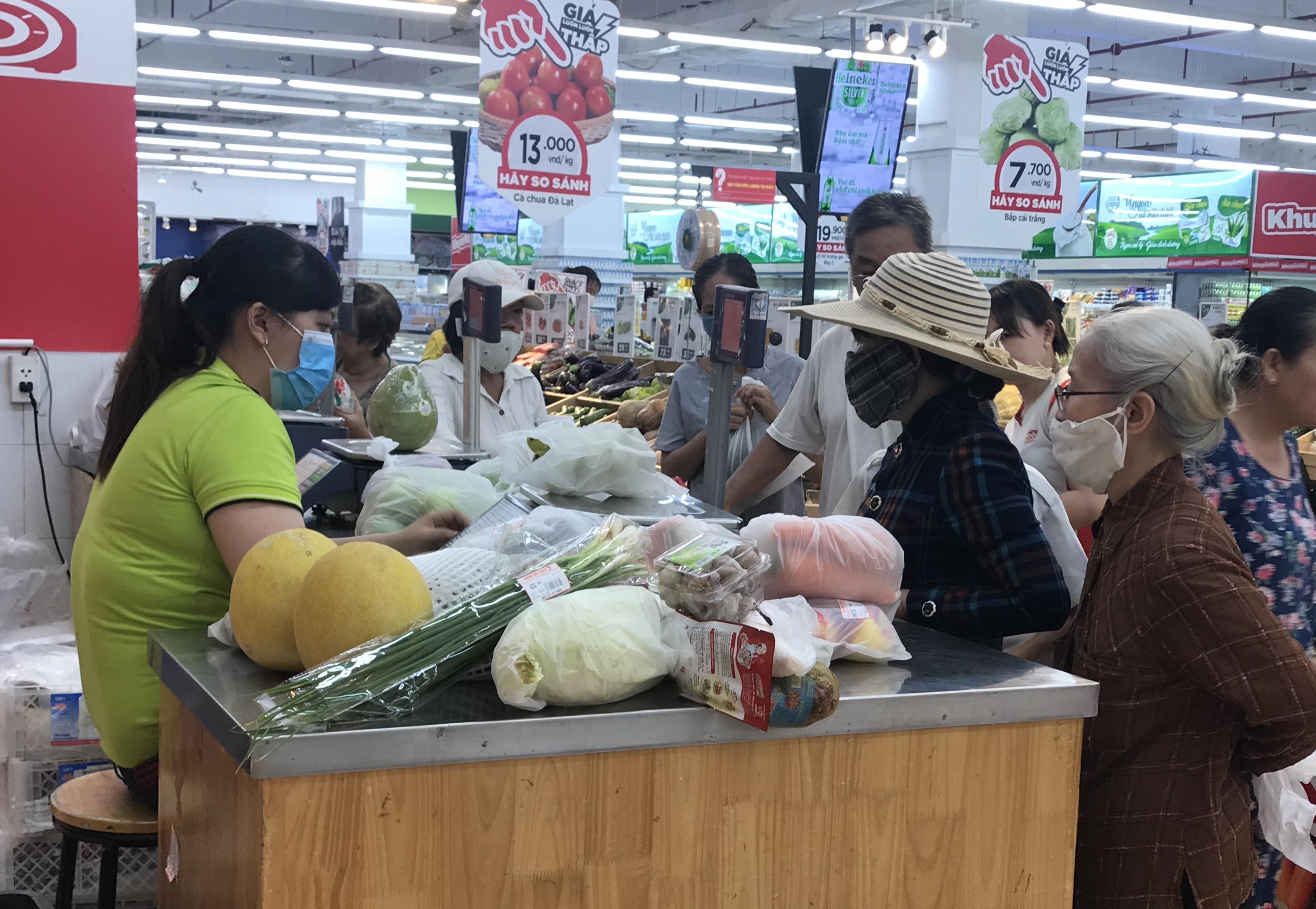 Sắp đóng cửa, Big C miền Đông ồ ạt khuyến mãi, người tiêu dùng lạc trong mê cung hàng giá sốc - Ảnh 12.