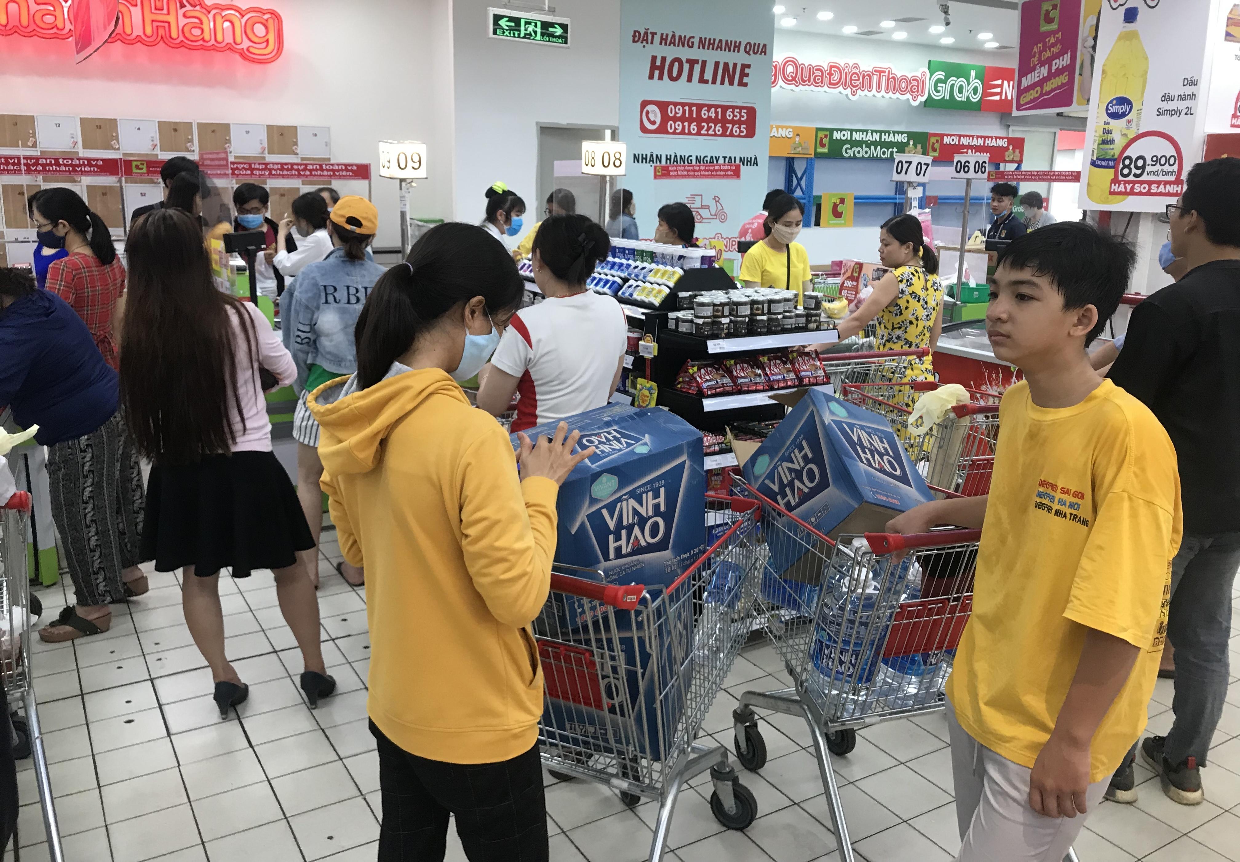 Sắp đóng cửa, Big C miền Đông ồ ạt khuyến mãi, người tiêu dùng lạc trong mê cung hàng giá sốc - Ảnh 2.