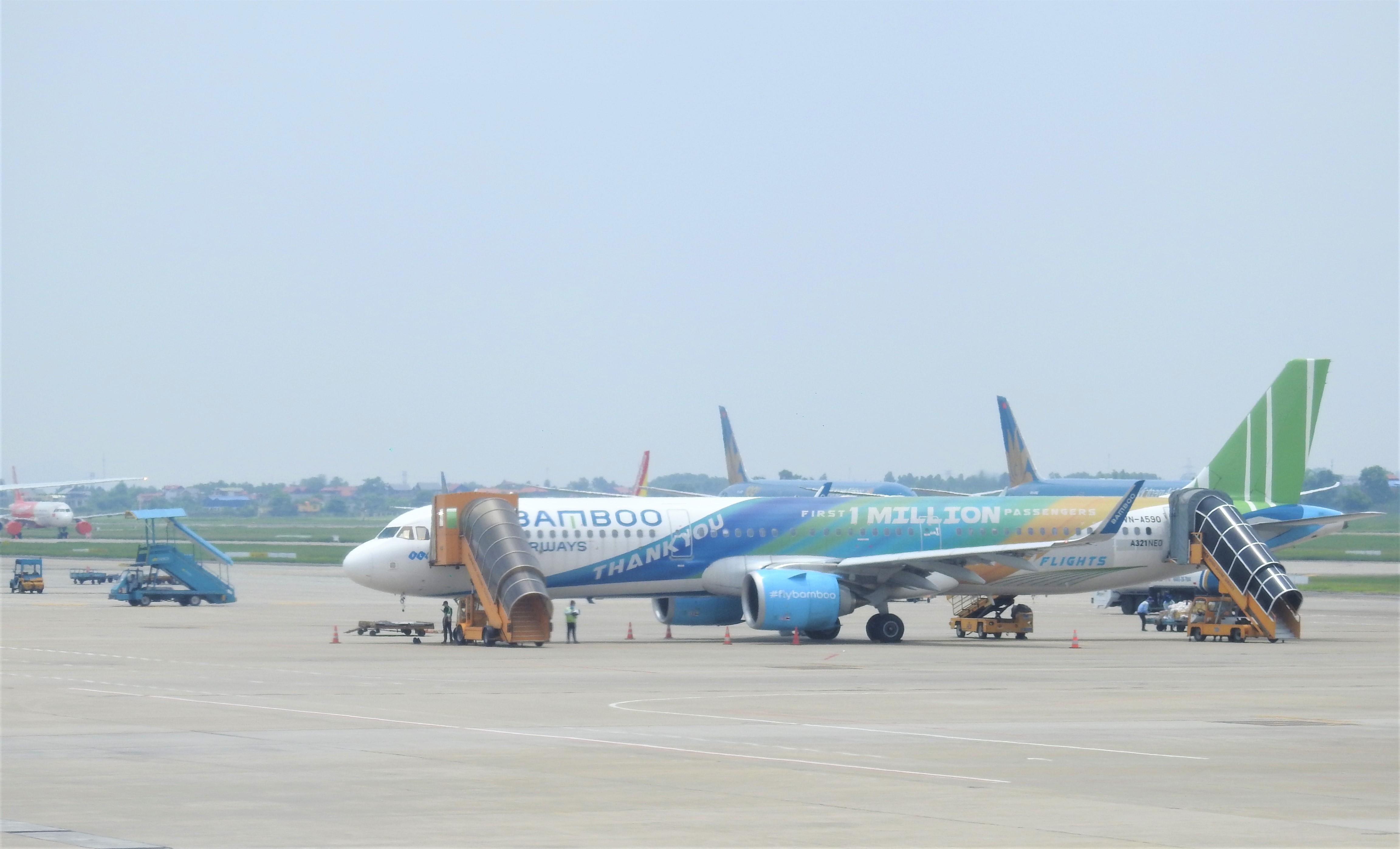 Hàng trăm chuyến bay phải hoãn, hủy vì sửa chữa đường băng Nội Bài, Tân Sơn Nhất - Ảnh 1.