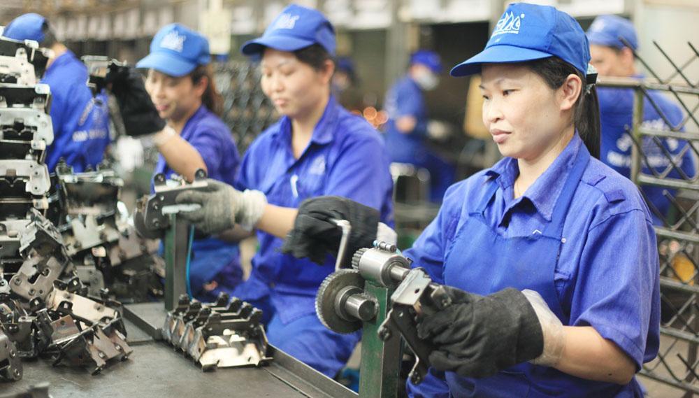 Covid-19 khiến tỉ lệ thất nghiệp của Việt Nam cao nhất 10 năm - Ảnh 1.