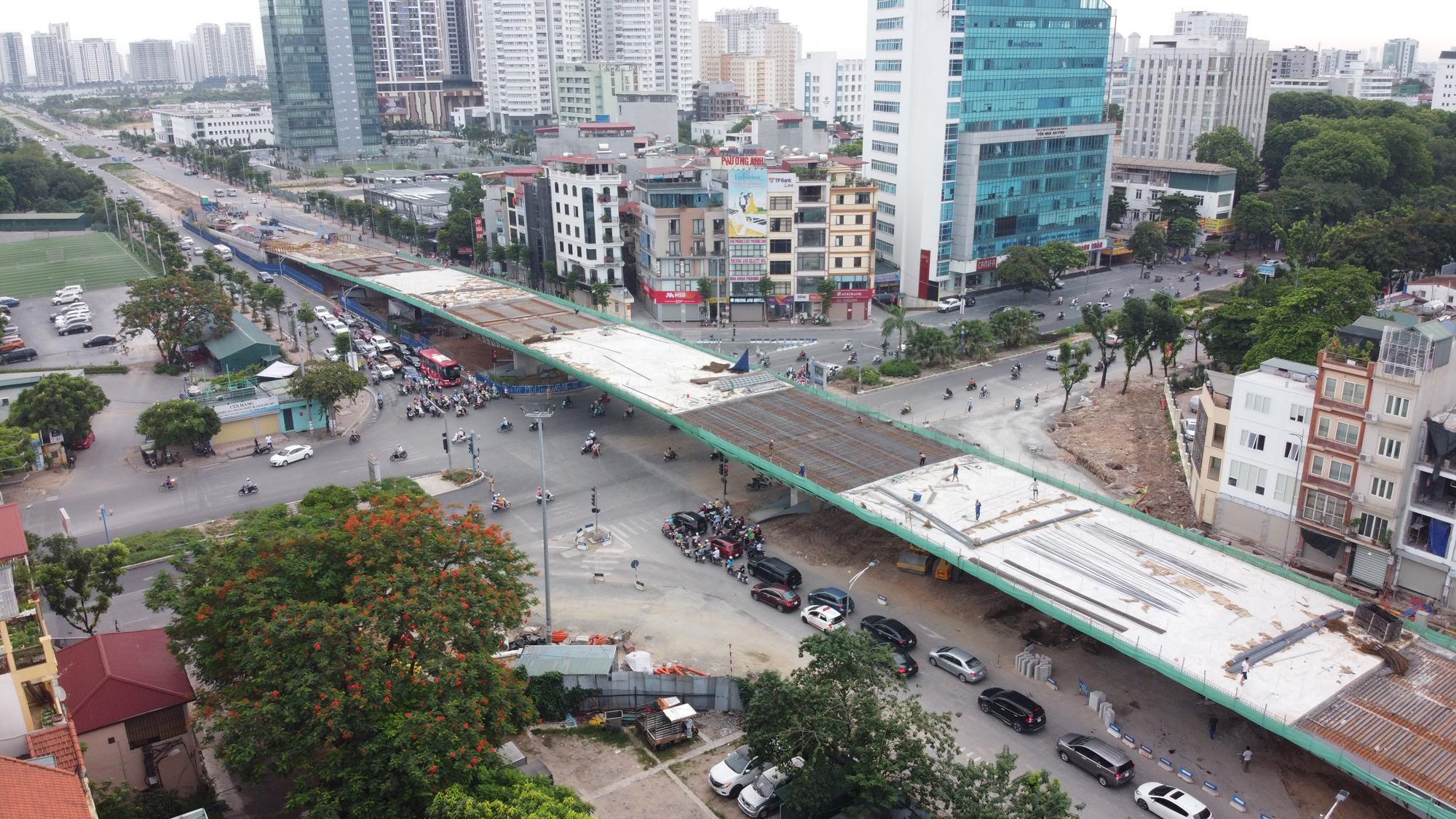 Cầu vượt nút giao Hoàng Quốc Việt - Nguyễn Văn Huyên sắp thông xe, ba quận hưởng lợi - Ảnh 1.